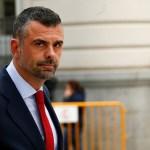 El Gobierno catalán mete la pata: Borra a un miembro de la foto, se deja sus piernas y arde la Red