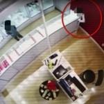Vídeo chocante: Usan a sus hijos menores para robar en una joyería de EE.UU.