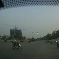Conductor Kamikaze se salta semáforo con tres personas en moto.