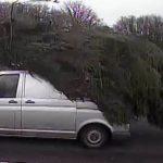 La imagen 'impactante' muestra a la furgoneta arrastrando un enorme árbol de Navidad.