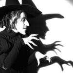 Mujer desconcertada porque su novio se cree una bruja malvada