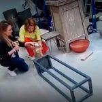 Periodista tira escultura en nota en vivo