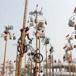 Cucañas coronadas con bicicletas en las celebraciones por la independencia de Indonesia