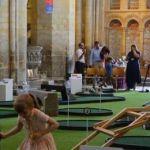 Una catedral británica instala un minigolf para atraer fieles