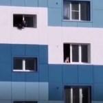 Bombero salva a bebe asomado a ventana.
