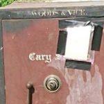 Aparece una caja fuerte abandonada con una nota en medio de un campo de cultivo