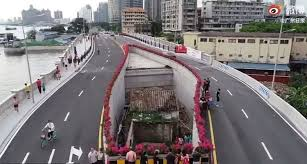 Mujer vive en medio de una autopista