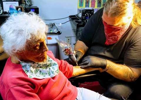 A sus 103 años, abuela se tatuó por primera vez