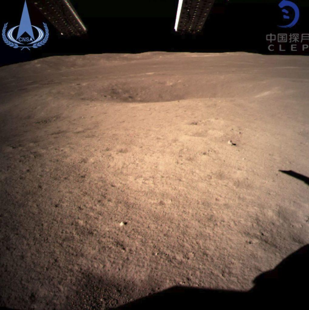 Prima imagine a lunii îndepărtate a lunii a izbucnit în urma sondei Chinei Chang'e 4, care a atins punctul de vedere al lunii din 2 ianuarie 2019 (3 ianuarie, ora Beijingului).  Credit de imagine: CNSA.