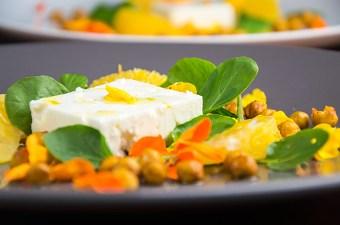 Fetasalade met sinaasappel en kikkererwt