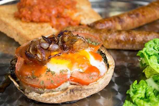 Portobello met ei en worstjes en tomatensaus op toast