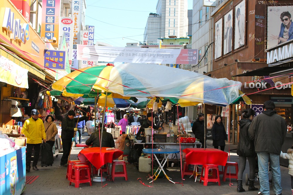 People eating street food at Nandaemun Market |curlytraveller.com