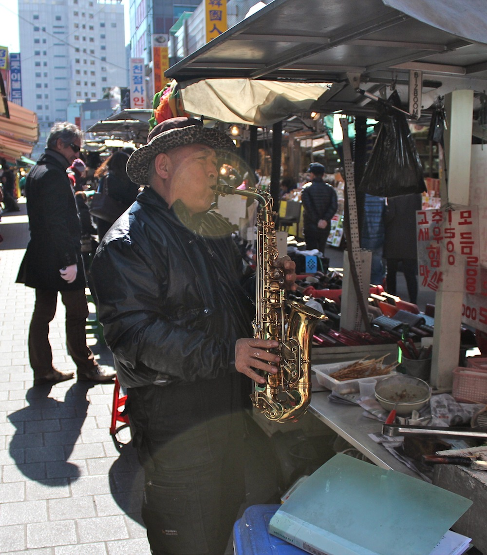 Street food vendor plays the saxophone |curlytraveller.com