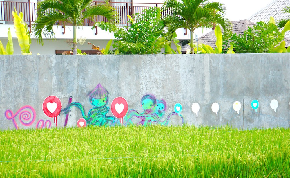 Mural with hearts and balloons in Canggu |curlytraveller.com