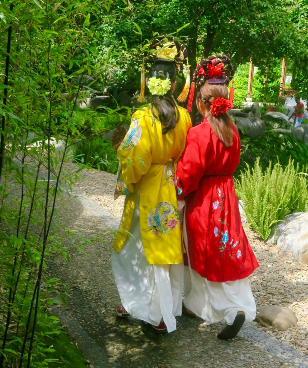 Two girls in chinese clothes |curlytraveller.com