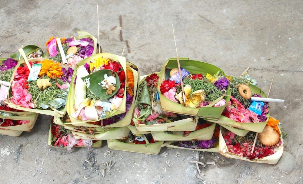 Daily offerings on Bali |curlytraveller.com