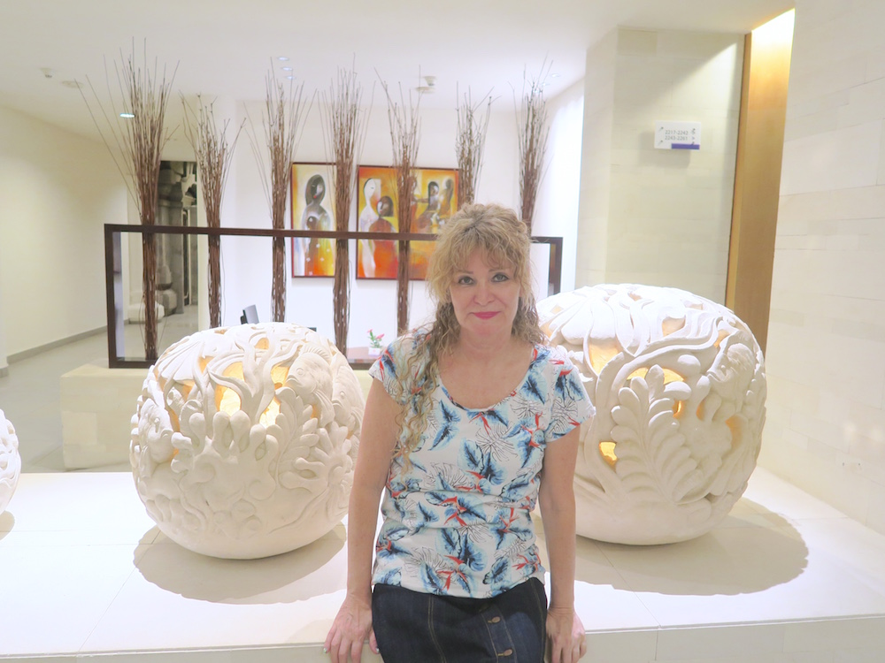 Woman in hotellobby of Holiday Inn Baruna |curlytraveller.com