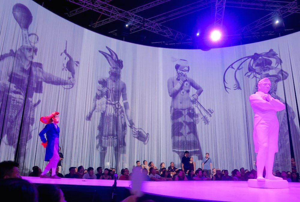 Projections in Ron Arads 720° |curlytraveller.com