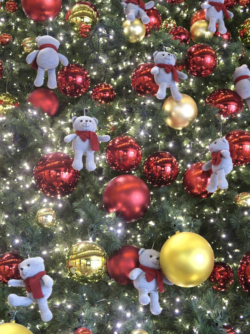 Toy bears in christmas tree in Takashimaya |curlytraveller.com