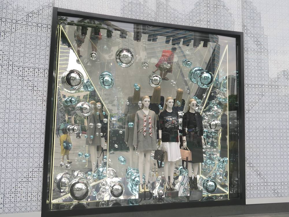 Stylish christmas window display |curlytraveller.com