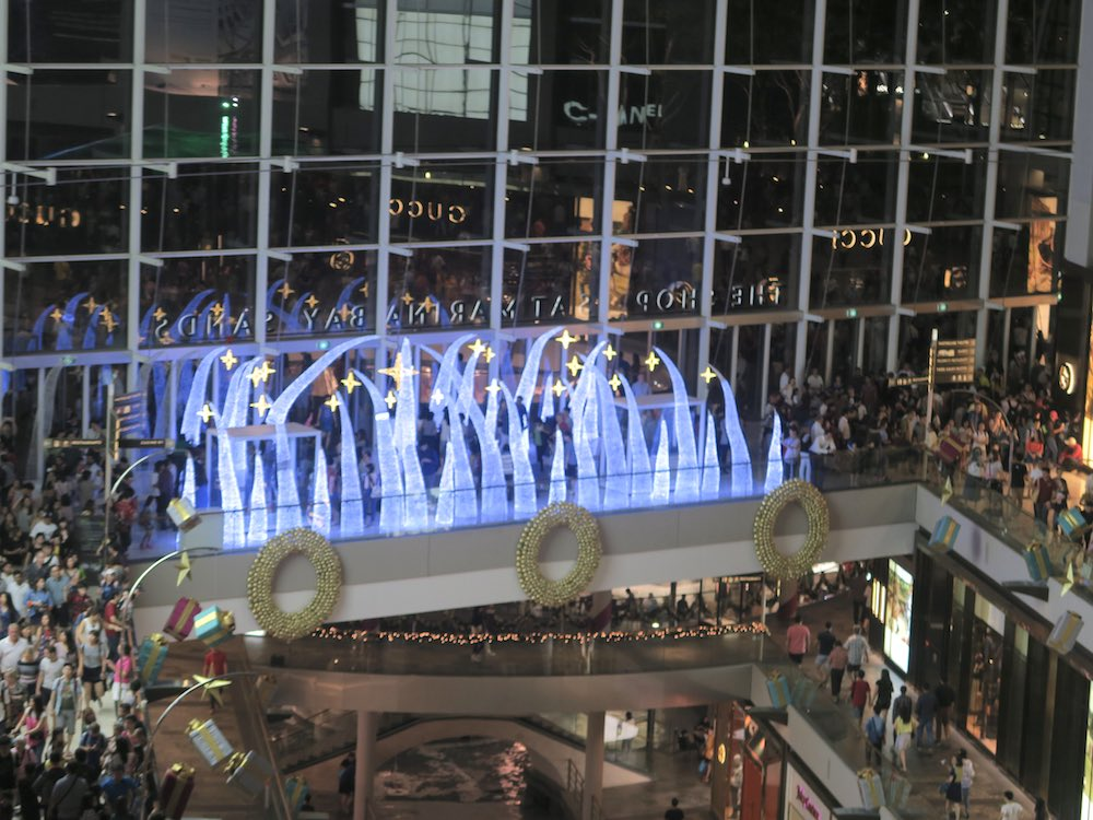 Christmas decor in Marina Bay Shoppes Singapore |curlytraveller.com