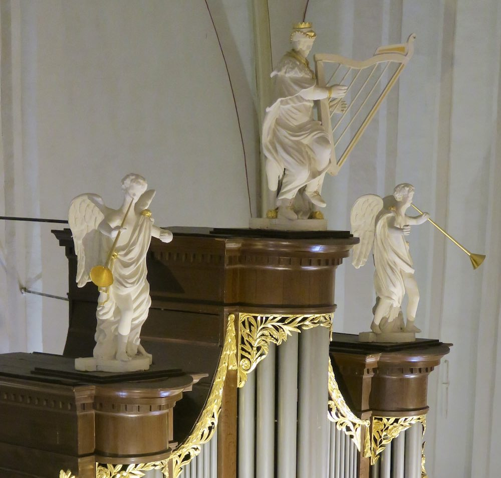 Angels on top of the organ in Waanders Zwolle |curlytraveller.com