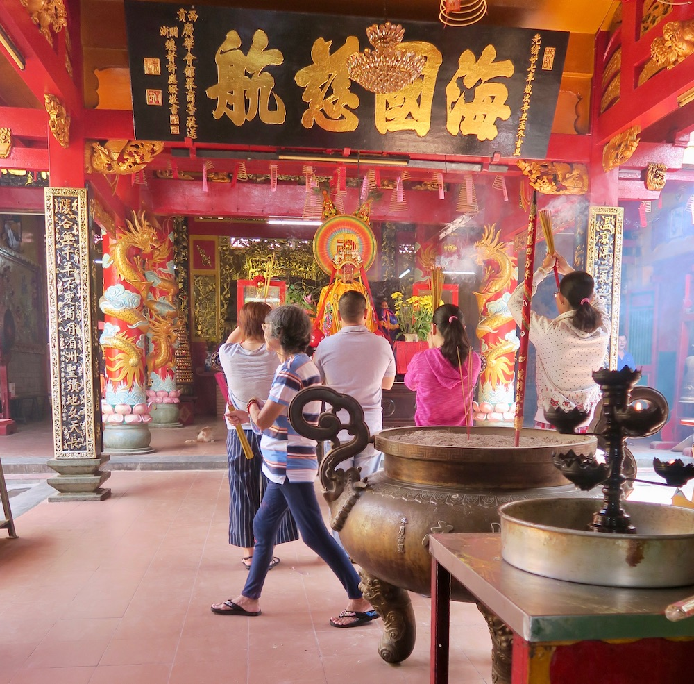 People praying in temple Cholon Saigon |curlytraveller.com