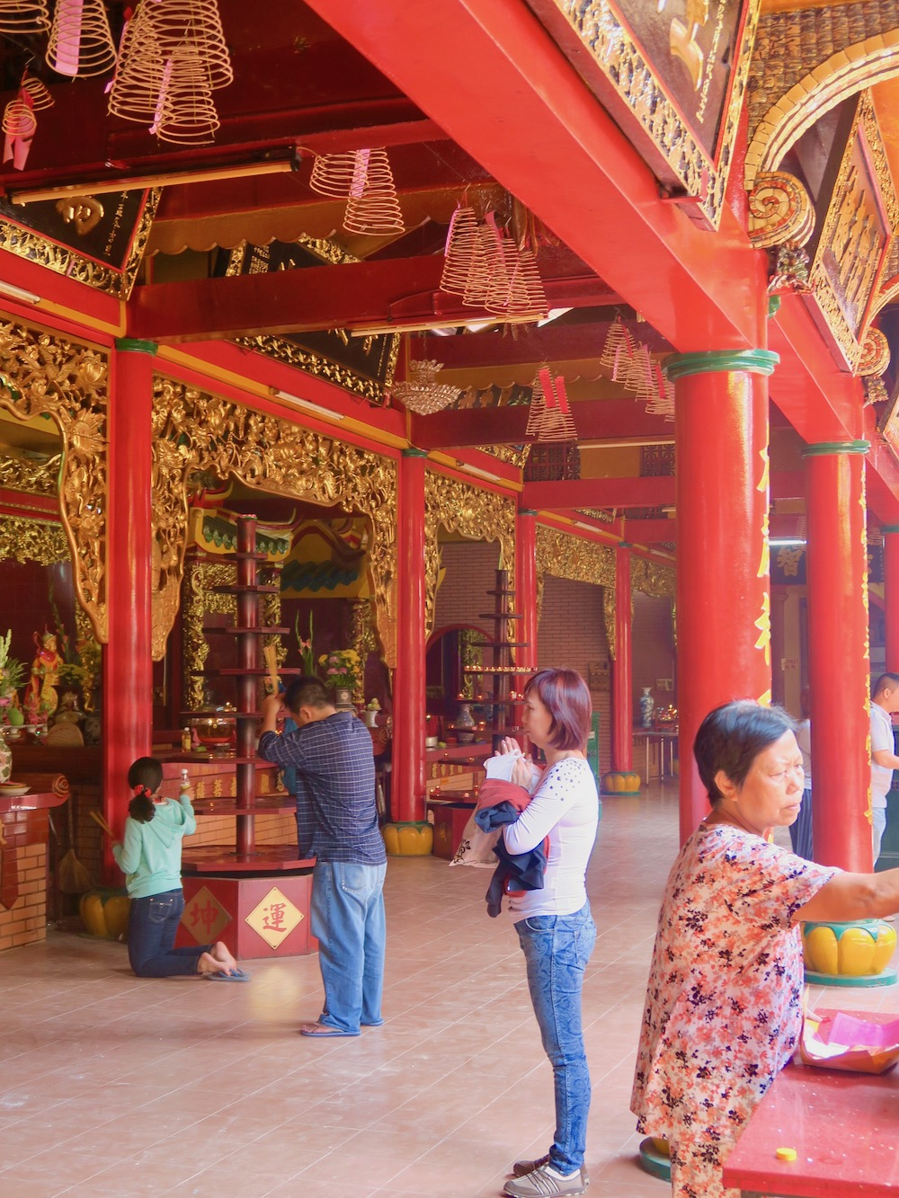 People pray in temple in Cholon Saigon |curlytraveller.com