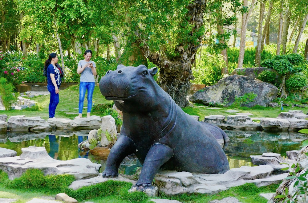 tourists looking at hippo pond at Suoi Tranh park |curlytraveller.com