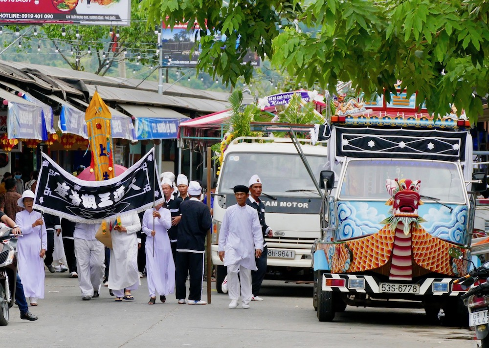 Funeral procession in Duong Dong |curlytraveller.com