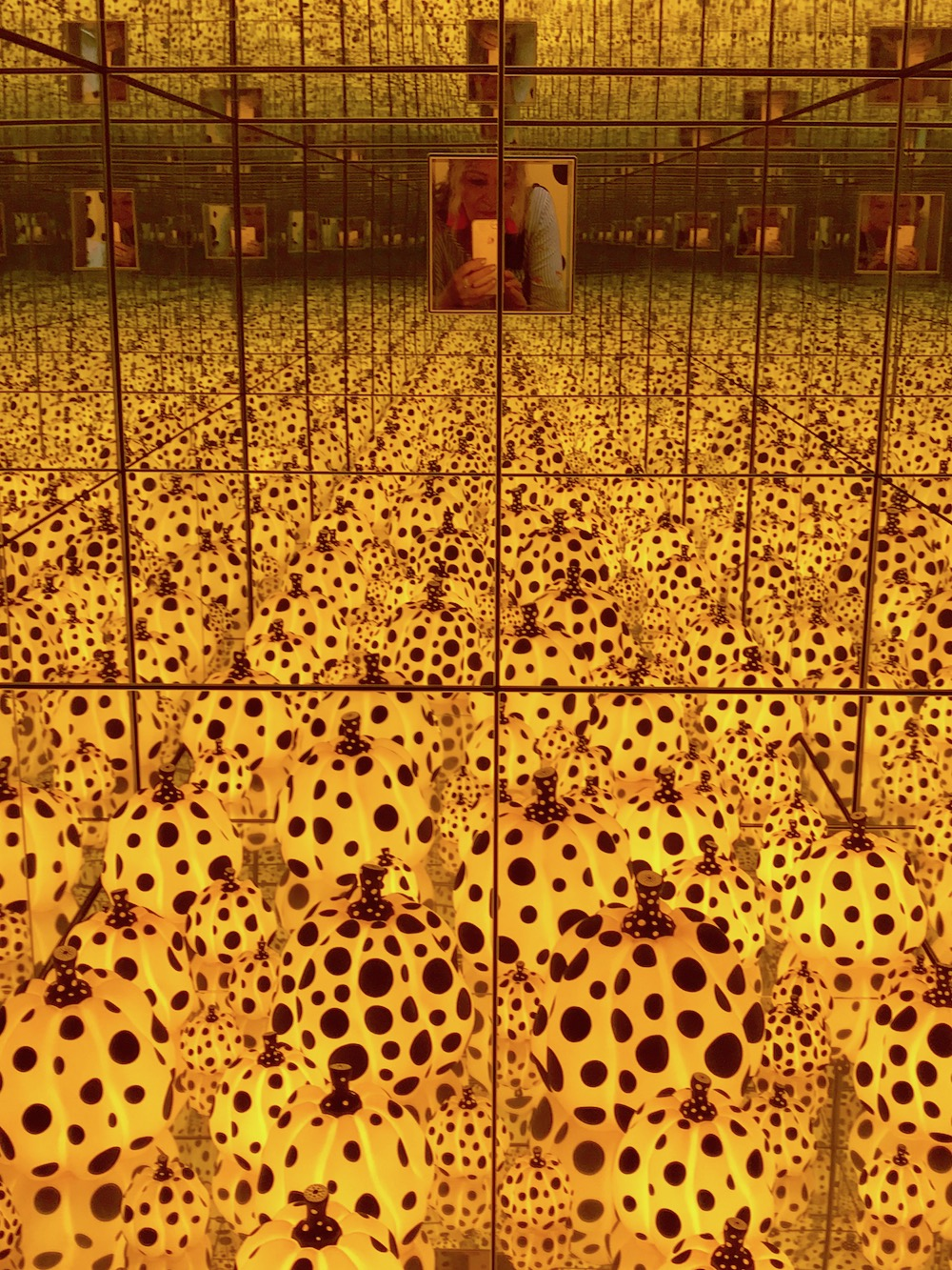 Infinity room with mirrors and pumpkins by Kusama |curlytraveller.com