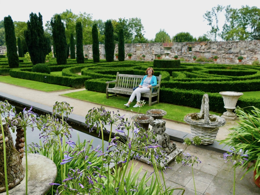 Woman on a bench in Italian garden at Villa Augustus |curlytraveller.com