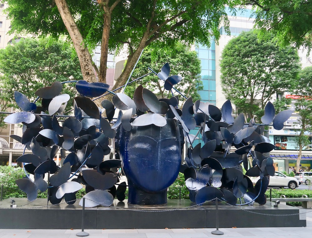 Blue sculpture by Manolo Valdes on Orchard Road |curlytraveller.com