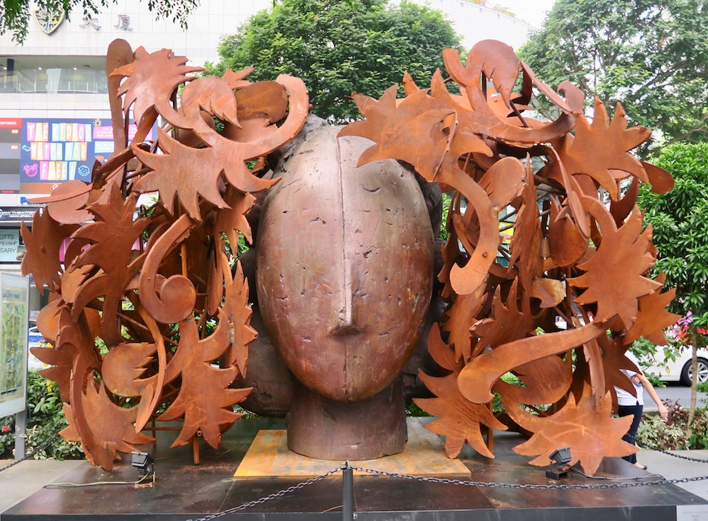 Rust coloured sculpture by Manolo Valdes along Orchard in Singapore |curlytraveller.com