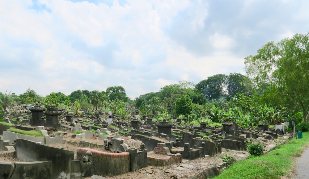 Section with graves at Choa Chu Kung Cemetery in Singapore |curlytraveller.com