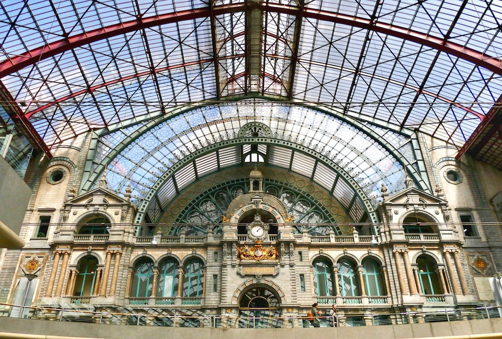 Beautiful architectural elements in Antwerpen Centraal railway station |curlytraveller.com