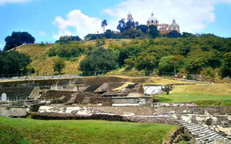 Wzgórze stanowiące piramidę w Cholula z kościołem Nuestra Señora de los Remedios