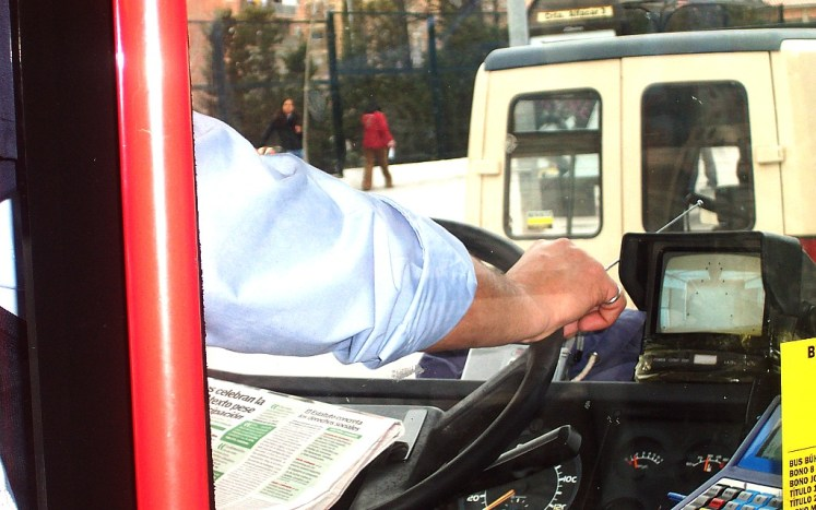 In Granada there are relaxed even bus drivers . They can simultaneously read a newspaper and drive.