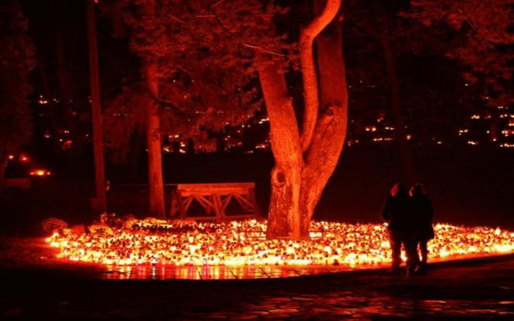 Zapalone znicze na cmentarzu w Gdańsku; wykonanie i własność zdjęcia: https://www.instagram.com/adelinakey/