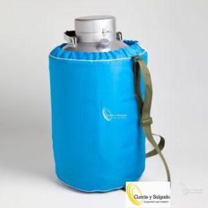 Contenedor especial de nitrógeno capacidad 20 litros. Contenedor de nitrógeno con 20 litros. El nitrógeno:https://www.google.de/search?q=nitrogeno&trackid=sp-006 Termos especiales para nitrógeno, fabricados según especificaciones técnicas para restauración. Todos los envases están provistos de una funda térmica, acolchada, así protegerá de golpes durante su uso. Su segunda cámara hermética cerrada al vacío permite conservar su nitrógeno con muy poca pérdida ya que con su doble cámara aguantara casi un mes. Si no tiene suministrador fácil de nitrógeno son aconsejables los de capacidad de 20 y 30 litros. Esto le generará un ahorro y recuperar fácilmente su inversión por la compra de un envase mayor. Además cuanto más grande es su envase menos pérdida tendrá. El nitrógeno en estado líquido es igual o menor a sutemperatura de ebullición, que es de –195,8°C. El nitrógeno líquido es incoloro e inodoro. Cuando se manipule es recomendable leer la hoja de seguridad del producto. Este producto es un gas inerte y debido a su baja temperatura, puede producir quemaduras. Antiguamente se utilizaba en medicina, para aguantar los desplazamientos en lugares donde se necesitaba, por ejemplo un órgano y tenía que estar conservado lo mejor posible utilizando este producto. Ahora se utiliza en cocina para alta restauración ya que también hay infinidad de productos que aguantan este elemento como el borosilicato. El plazo de entrega, según proveedor, es rápido sobre cinco días en península, para otros destinos le informaremos. Puede darse de alta para descargar la web.