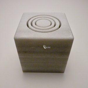 Platos mármol cubo modelo teso medida 10x11 cm. Este plato es especial ya que está fabricado en mármol de macael. mármol de macael :https://es.wikipedia.org/wiki/M%C3%A1rmol_de_Macael Este tipo de mármol es especial para restauración por su porosidad y sus producciones individuales. El plato tiene una forma en forma de cubo para presentaciones mini, para alta restauración. Las presentaciones en este tipo de platos son distintas según al gusto del chef, son perfectas para utilizar el spaghetto kit clásica. Con el spaghetto kit puedes hacer espagueti de 1 metro de una sola tacada enrollarlo y presentarlo sobre esta base. Presentación en cubo desarrollado por el gran chef David Muñozhttps://www.youtube.com/watch?v=lSzI_7lZ0Pc Este tipo de material aguanta cualquier clase de presentación con pastillas de CO2 o nitrógeno. Se fabrica en color blanco o gris. Es un material bastante pesado el plato pesa 1,89 gr aunque es fácil de apilar. Son piezas válidas para el lavavajillas y microondas, también aguantan golpes de calor. Puede pedirnos una idea, y se la presupuestaremos, todo a gusto del cliente. Plazo de entrega solo en península, para otros destinos le informaremos.
