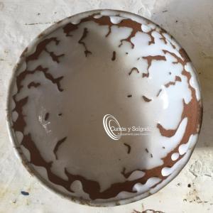 Cuenco perola cerámica creativa blanco agrietado medida 18x6 cm. Cuenco 18x6 cm creativo blanco. Estas piezas están realizadas en un taller de cerámica, cocción a alta temperatura perfecta para restauración. Piezas están fabricadas, por una de las mejores alfareros en el campo de la cerámica. Estas piezas están realizadas en un taller de cerámica:https://es.wikipedia.org/wiki/Hornos_de_alfarer%C3%ADa_y_cer%C3%A1mica_en_Espa%C3%B1a En España, empieza a ponerse de moda, este tipo de vajillas únicas, dando un toque de distinción en su local. Con dos tipos de cocciones a 800 grados, luego esmalte y mas de 1200 grados para el sellado perfecto de la pieza. Puede ver en esta pagina, los distintos diseños, para varios restaurantes de nivel, puede pedirnos una idea y se la realizamos. Los cuencos perola, son muy duro, puede pedirnos una muestra, si la tenemos se la enviaremos, para que la pruebe. También puede pedirnos una pieza con ciertas características, como que aguante el horno, fuego directo etc..todo al gusto del consumidor. Presente caldos especiales o espumas con nitro, todo según la idea del chef. La fabricación, al ser tradicional, es conveniente informarse el plazo de entrega antes, ya que se hace con secado natural y puede tardar mínimo uno o dos meses. Son fuentes que se pueden apilar, y validas para el lavavajillas. Puede darse de alta, para descargar los catálogos.