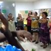 Actividad de canto dirigida por Ben Ooko
