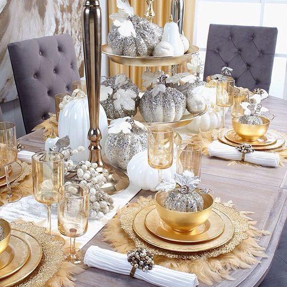 Decoracin de mesas para la cena de navidad en color dorado