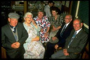 Jenny-Cockell con sus hijos de otra vida, como Mary Sutton