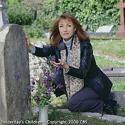 Jane Seymour junto a la tumba de Mary Sutton