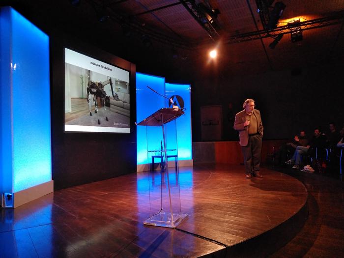 El investigador Pablo Noriega durante su ponencia sobre robots y convivencia con humanos en la Casa de América de Madrid.