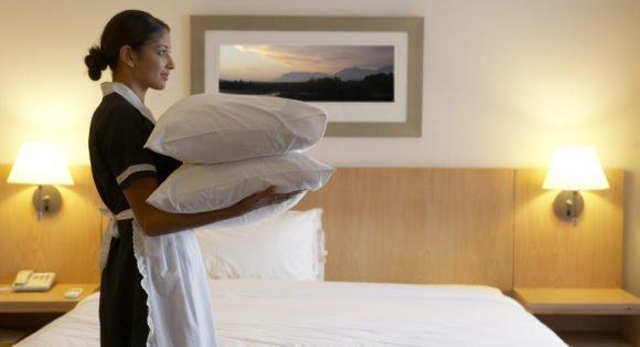 Cursos e Empregos chamber-maid-working-in-hotel-bedroom-2-580x314 Pindamonhangaba Cursos Profissionalizantes Gratuitos 2016