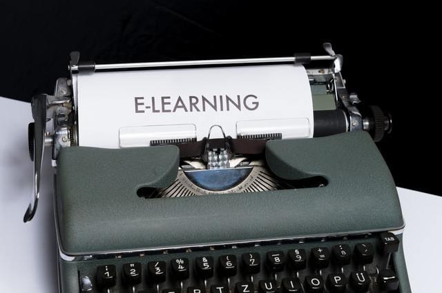 typemachine met e learing op een papiertje
