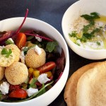 Food   Salade met pittige couscousballetjes en geitenkaas